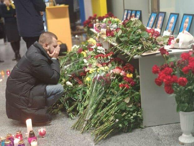 """""""Пам'ятаю і люблю"""": чоловік Юлії, яка розбилася в авіакатастрофі в Ірані, не відходить від її портрета"""