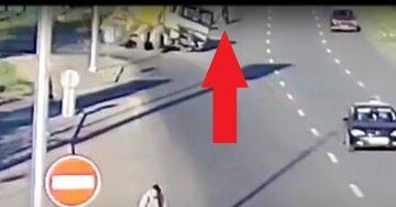Велосипедист родился в рубашке: момент аварии с бетономешалкой попал на видео