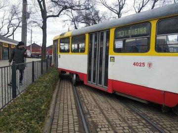 Трамвай с пассажирами сошел с рельсов в Одессе, движение заблокировано: кадры аварии