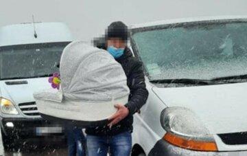 Везли на операцию: семья с 1-месячным младенцем попала в ДТП во Львове, кадры с места аварии
