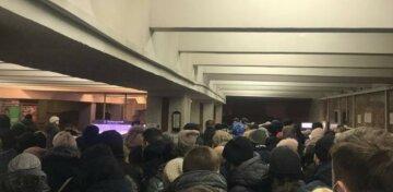 НП біля виходу однієї зі станцій метро в Києві: терміново злетілися рятувальники, деталі