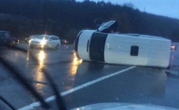 Мікроавтобус влаштував масове ДТП, багато машин розбито: кадри і перші деталі аварії