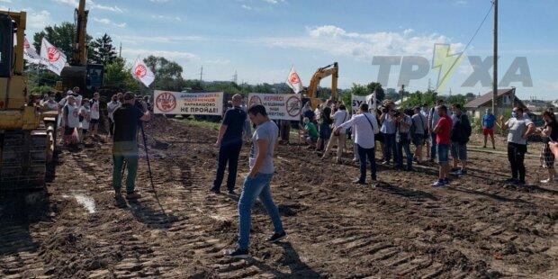 """Предприниматели """"Барабашово"""" вышли наперерез экскаваторам, протест набирает обороты: кадры"""