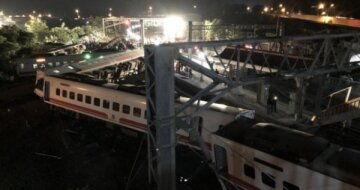 Поезд влетел на перрон, уничтожая все на своем пути: жуткая авария попала на видео