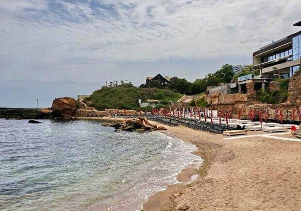 """Последний пляж в Одессе захватили коммерсанты, фото: """" будка для сбора денег и не только"""""""