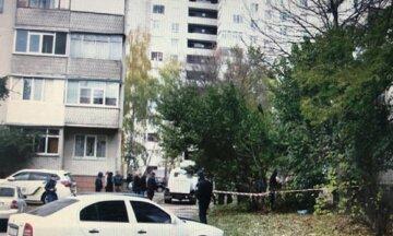 Тіло чоловіка знайдено під під'їздом будинку в Одесі, кадри: очевидці повідомили про трагедію