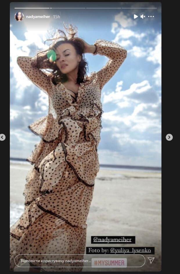 Экс-ВИА Гра Мейхер приспустила наряд с плеч, восхитив видом: кадры
