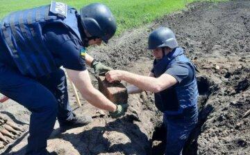 Харьковчанин на собственном огороде нашел 163 снаряда, кадры: слетелись спасатели