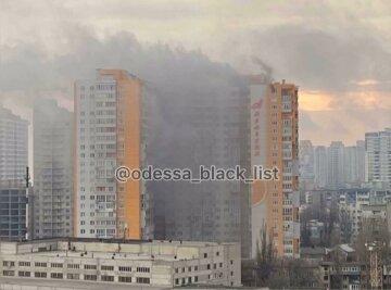 Пожар охватил 25-этажный дом в Одессе, началась срочная эвакуация: видео ЧП