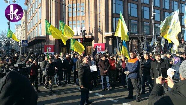 Толпа прорвалась на Крещатик, полиция бессильна: «все трассы будут перекрыты», кадры
