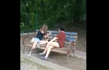 Двух девушек застукали за нехороших занятием в Стамбульском парке, видео: прямо на лавочке