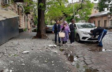 Жилой дом разрушается в центре Одессы, камни летят во все стороны: рядом школа и не только