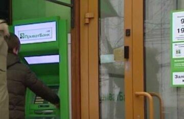 """В ПриватБанке оставили украинцев без денег в разгар карантина, клиенты в недоумении: """"Банк не разрешает..."""""""