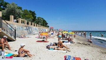 Труну залишив на пірсі: на пляжі Одеси чоловік влаштував прощання з родичкою, відпочиваючі обурені