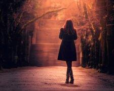 женщина, стоит спиной, одиночество