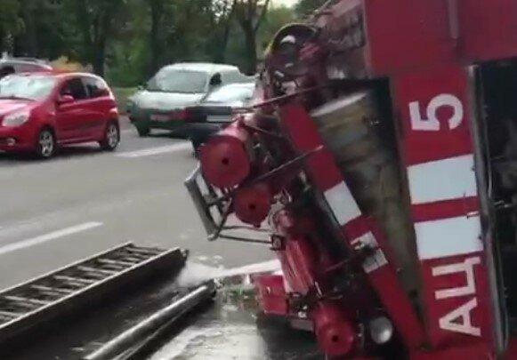 """В Харькове трамвай опрокинул пожарную машину, видео: """"ехала со световыми сигналами"""""""