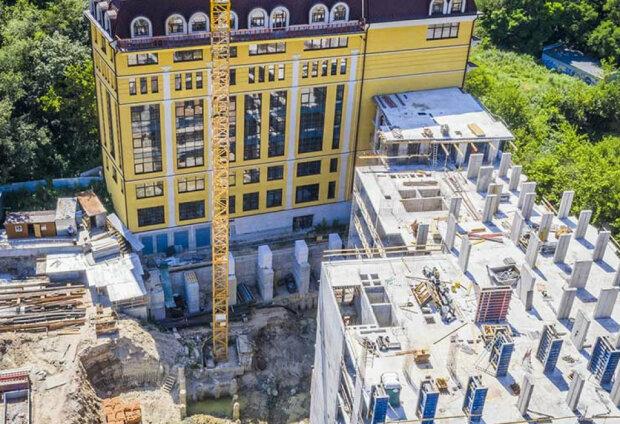 В километре от кабинета Виталия Кличко застройщик элитного ЖК блокирует реконструкцию здания школы – дошло до силового давления