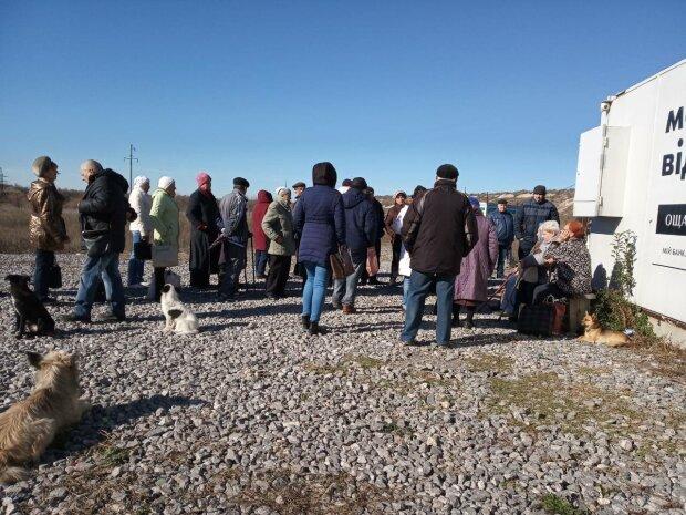 Жители ОРДЛО штурмуют границу ради украинских денег, на закон плевать: беспредел попал на видео