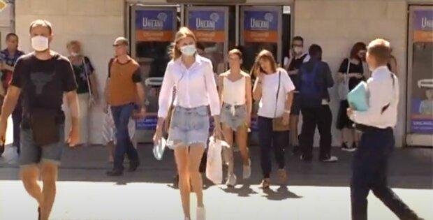 українці в масках, на вулиці, літо, скрін