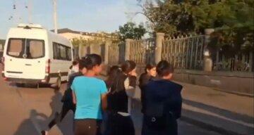 Полюють з самого ранку: у Києві на вокзалі банда злодійок прогоріла на мерзенній крадіжці, відео