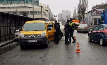 Сразу 5 машин столкнулись в Киеве: у водителя эпилепсия, на месте работают медики и полиция