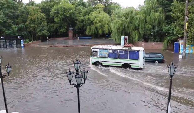 """Український курорт пішов під воду: """"Дороги перетворилися на річки"""", кадри апокаліпсису"""