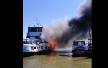 Пожар охватил пассажирский теплоход под Одессой: видео ЧП и что известно о пострадавших