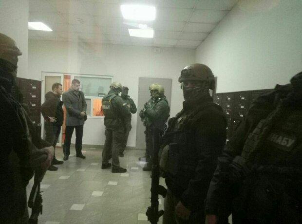 В масках и с автоматами: как выводили сына Авакова, эксклюзивное видео