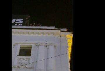 """Харьковские подростки решили погулять на самом краю крыши, кадры: """"махали прохожим и..."""""""