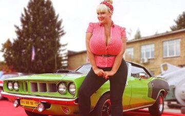 """Украинка с 13-м размером груди в мини-платье похвасталась неприличным портретом: """"Джоконда?"""""""