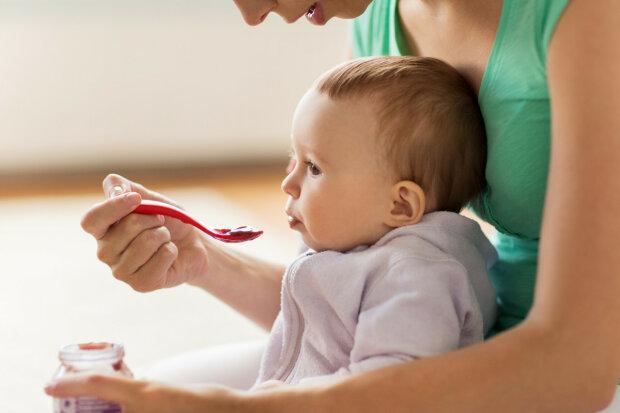 малюк, дитина, мама, годувати з ложечки, їсть, немовля