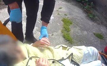 Больная украинка закрылась изнутри,  врачи не смогли прорваться к старушке: кадры и детали ЧП