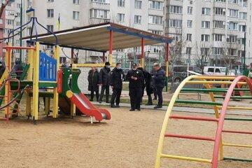 Женщина в черном подстерегает детей на детских площадках: что о ней известно и как выглядит