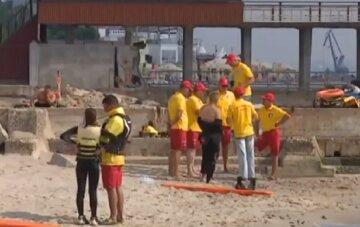 Отдых на пляже закончился трагедией, тело положили под зонт: кадры из Одессы