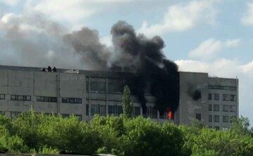 """""""Чорні стовпи диму вилітають з вікон"""": пожежа спалахнула на заводі в Харкові, фото"""