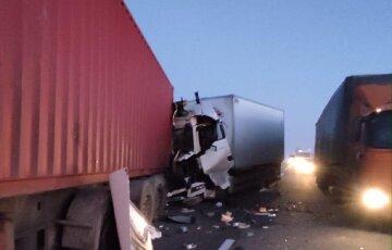 """Зіткнення фур на трасі Київ-Одеса обернулося трагедією, кадри аварії: """"був ремонт"""""""