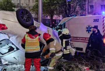 Життя 18-річної українки обірвалося в страшній аварії, її подругу рятують лікарі: кадри з місця трагедії