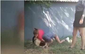 """""""Не поделили парня"""": под Днепром школьницы """"наказали"""" сверстницу и сняли это на видео"""