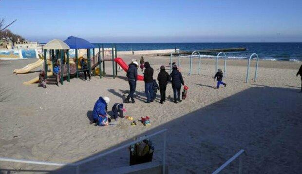 """""""Навколо суцільна елітність"""": одесити показали небезпечний дитячий майданчик на пляжі, фото"""