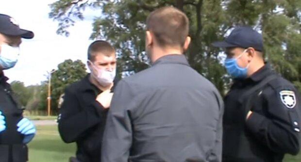 У Кривому Розі чоловіка, який стояв на зупинці, оштрафували на 17 тисяч гривень