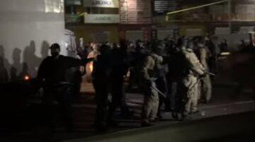 """Самоспалення і бійка зі спецназом: на ринку """"7 кілометр"""" збунтувалися іноземці, відео протистояння"""