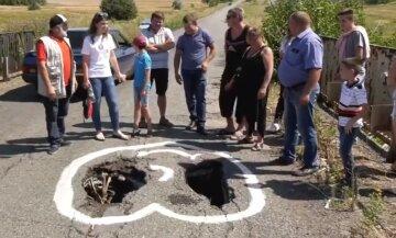 """""""В небезпеці діти"""": під Дніпром на мосту утворилася величезна діра, відео"""