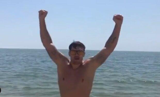 """Усик на пляже обратился к Чисоре на ломанном английском, видео: """"Дерек, где ты?"""""""