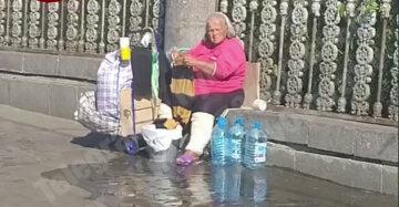 Жінка влаштувала прання біля Київського вокзалу, відео: мило у пішоходів під ногами