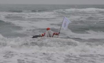 В Одессе Дед Мороз устроил заплыв в ледяной воде во время шторма: неожиданное видео