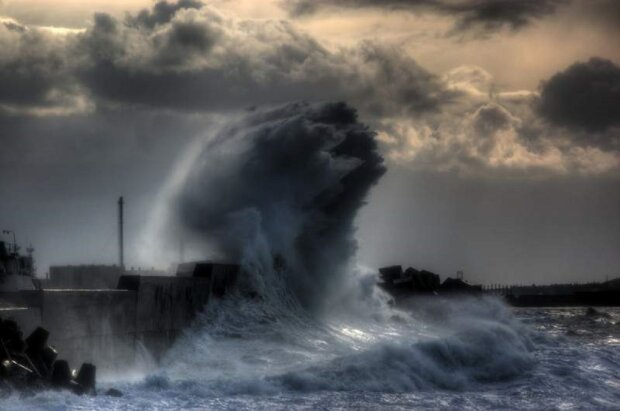 Грозный циклон потрепал Одессу: в сети показали последствия