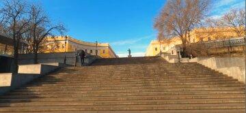 Потемкинская лестница осыпается на глазах после реконструкции, видео: «люди мусорят и справляют нужду»