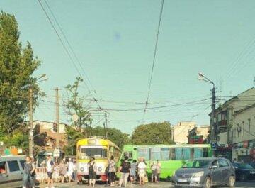 В Одессе маршрутка с людьми протаранила трамвай, кадры аварии: водителю стало плохо за рулем