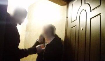 """П'яний киянин побив дружину і погрожував вистрибнути з вікна, відео: """"Я що винен, що горілку продають?"""""""