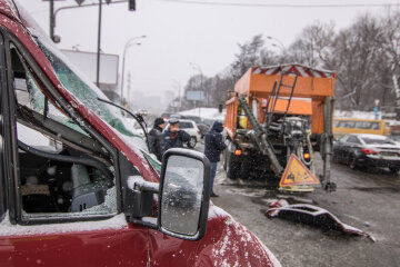 """У Києві снігоприбиральна техніка знесла дах легковику, кадри НП: """"Не зміг утриматися"""""""